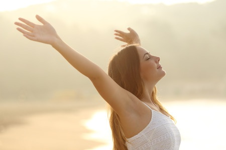 Jeune femme respirant liberté